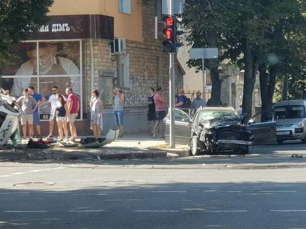 В Сумах полицейское авто вылетело на тротуар и сбило пешеходов