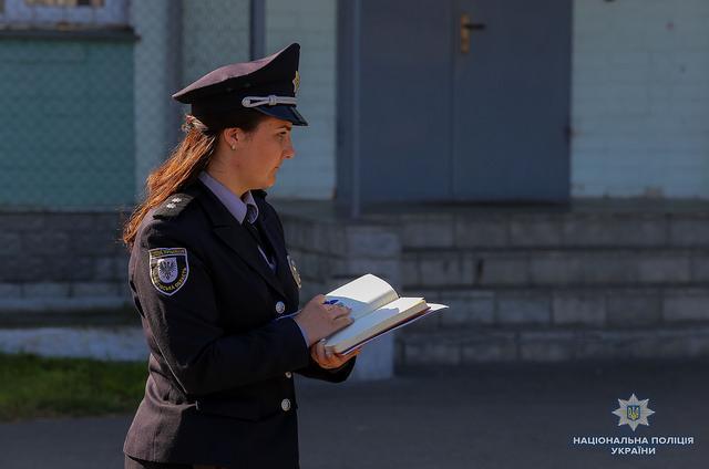 Дітей поліцейські передали матері/ фото Нацполіція України
