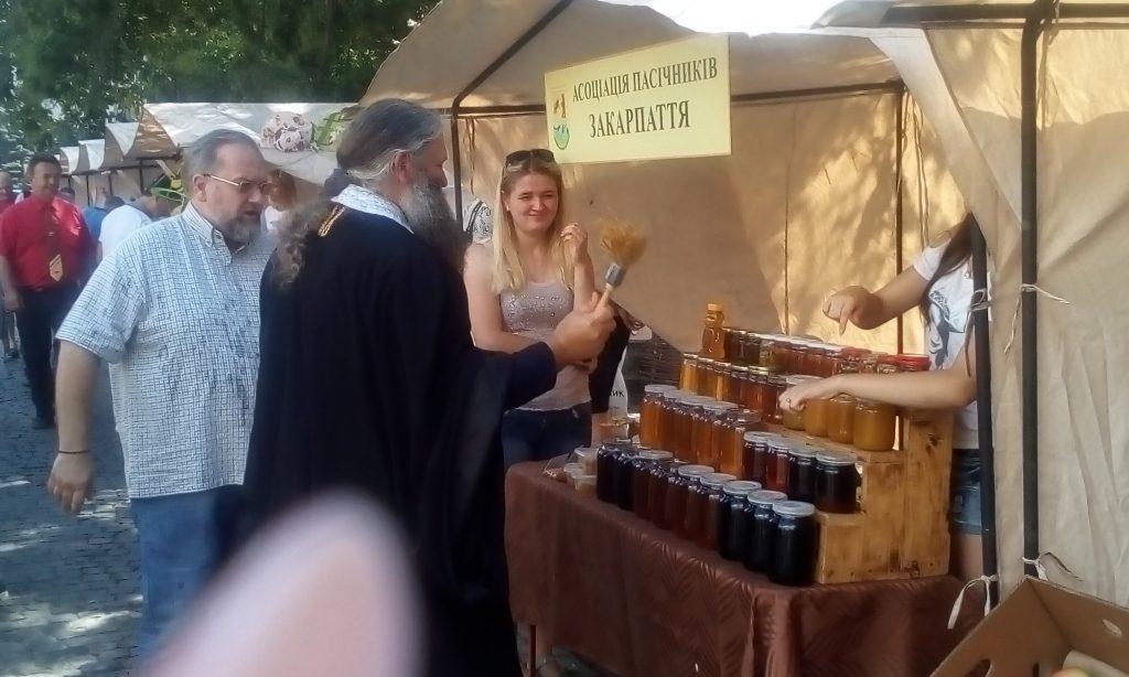 Священники освятили медовую и другую продукцию, представленную на ярмарке / m-church.org.ua