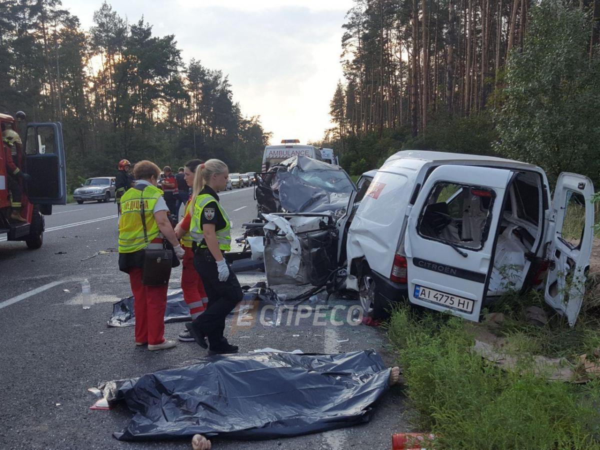 """Водій Suzuki вирішив розвернутися через дві суцільні смуги, не пропустивши при цьому Citroën / """"Еспрессо"""""""