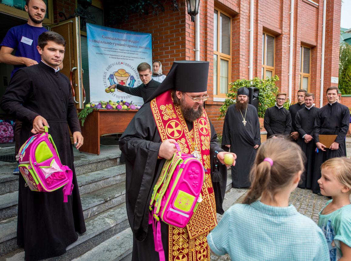 Владика Сильвестр вручив дітям рюкзаки знеобхідним шкільним обладнанням / news.church.ua