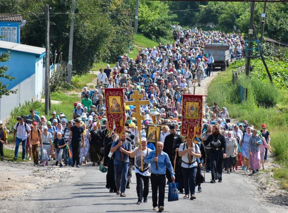 Десятки тисяч православних йдуть хресними ходами до Почаєва / news.church.ua