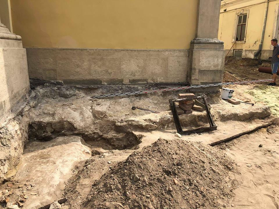 Возле собора святого Юра археологи нашли фундамент церкви XIV - XV века / 4studio.com.ua