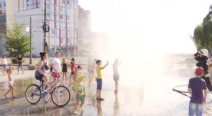 Для охлаждения горожан в целом использовали 4 тонны воды / скриншот видео ТСН