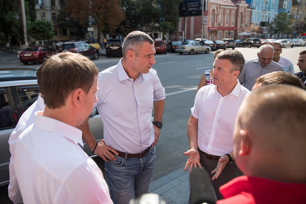 Кличко перевірив як відремонтували пошкоджену після негоди проїжджу частину вул. Антоновича / фото kiev.klichko.org