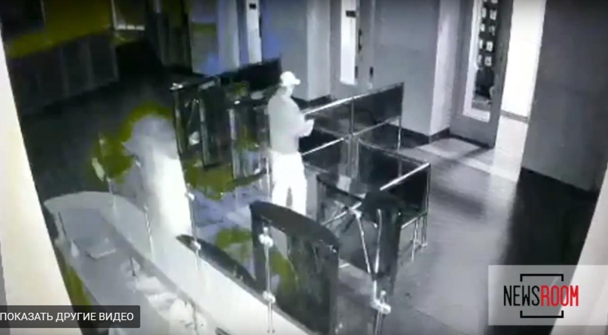 Недовольный своей жизнью мужчина ночью пьяный с оружием пришел в горсовет / Кадр из видео на YouTube-канале Newsroom Kharkov