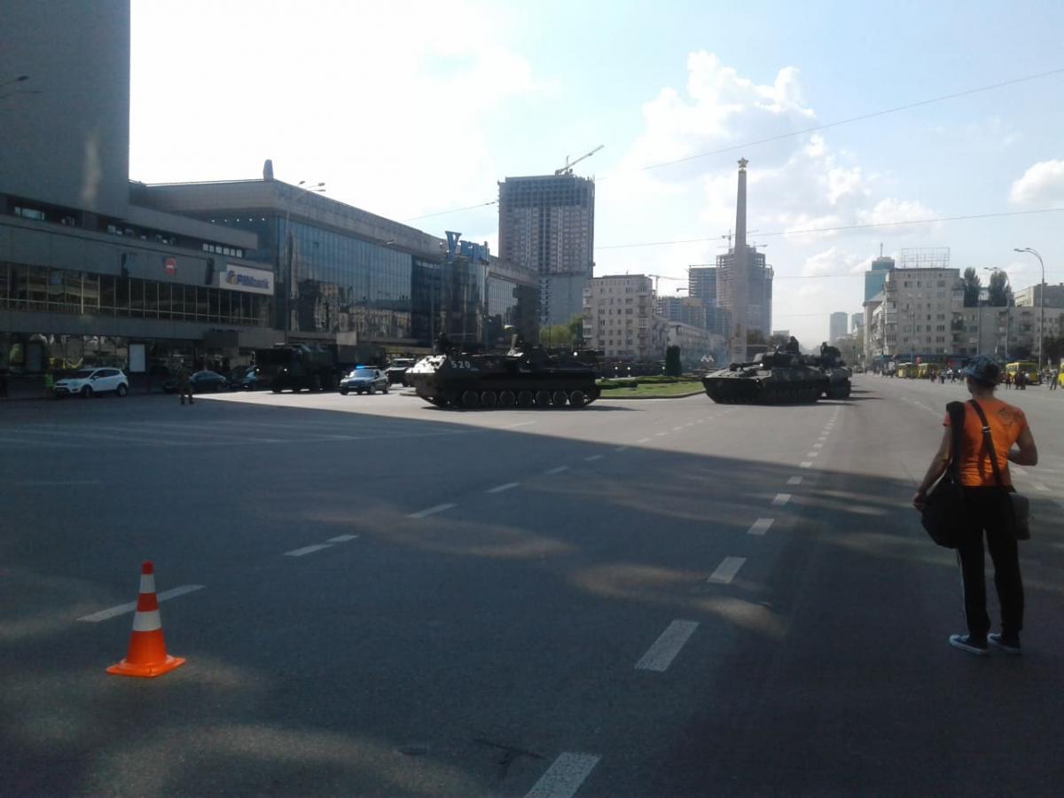 Колона нараховує близько 100 одиниць військової техніки / фото УНІАН