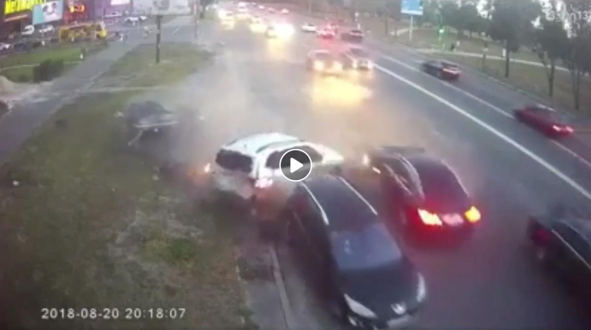 Водитель автомобиля BMW на большой скорости въехал в припаркованные автомобили / скриншот