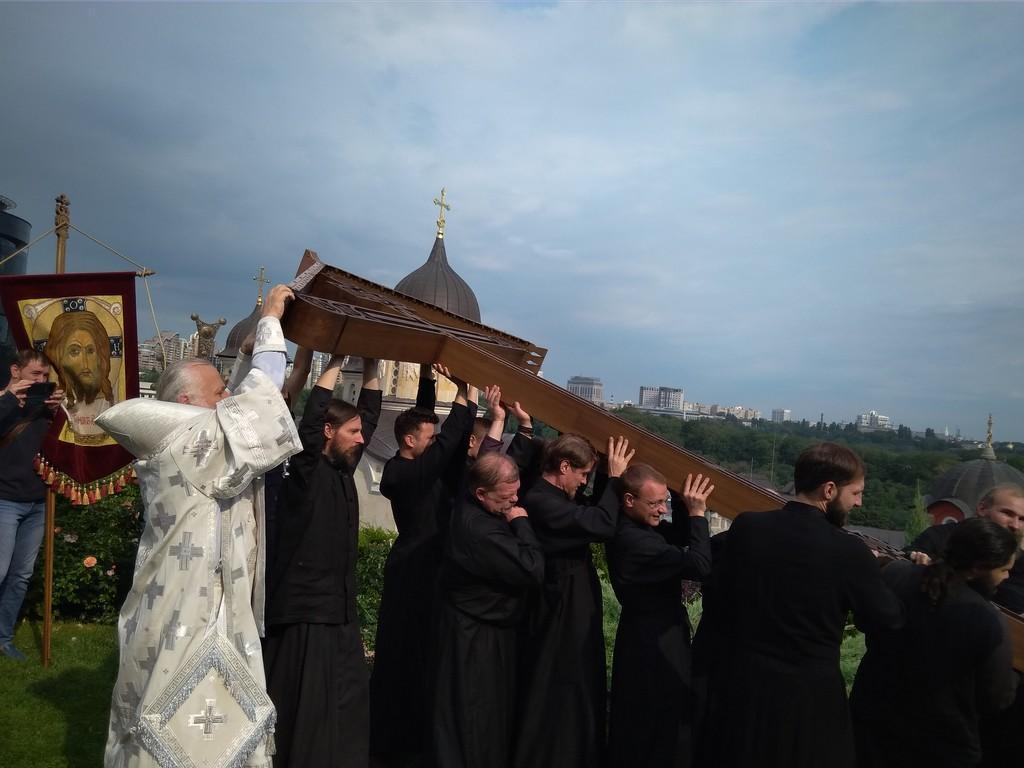 Освячений хрест був встановлений на підставу-гологфу / zvcaves.com.ua