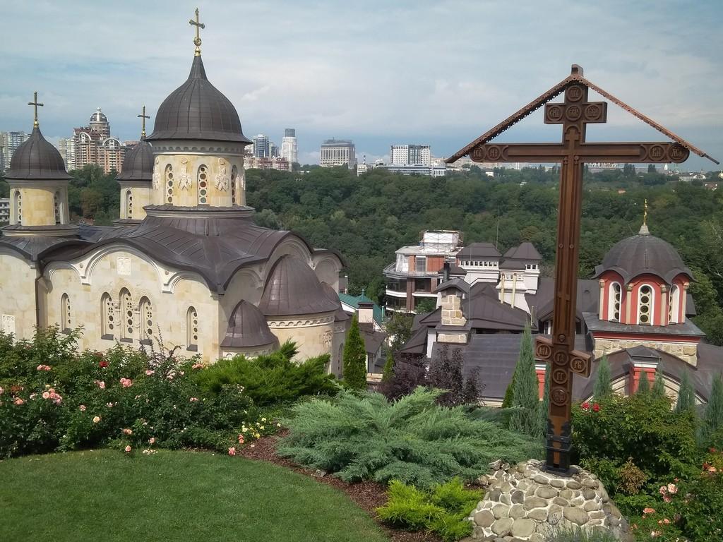 На гірці над Звіринецьким монастирем встановили новий поклонний хрест-голгофу / zvcaves.com.ua