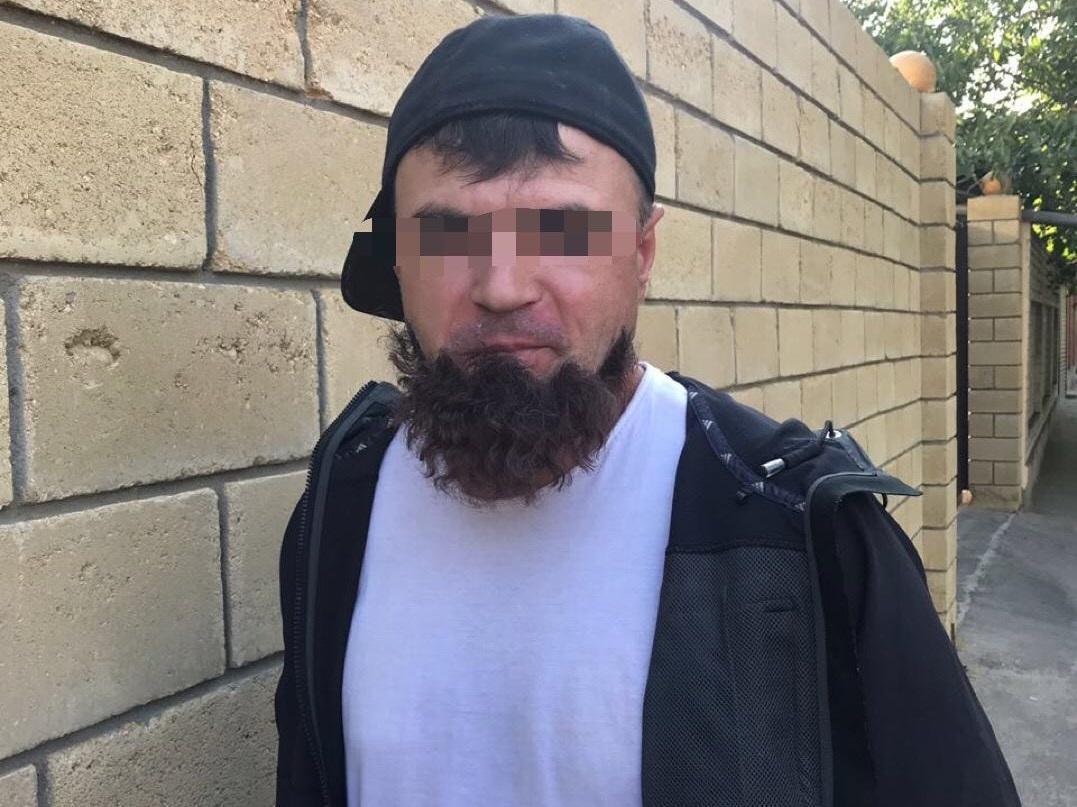 """Поліцейські звернули увагу на чоловіка, у якого відклеїлася """"борода"""" / фото facebook.com/Vyacheslav.Abroskin"""