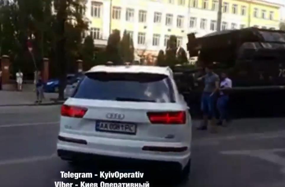 В Киеве водитель смог встроиться в колонну военной техники / Скриншот - Facebook, Киев Оперативный