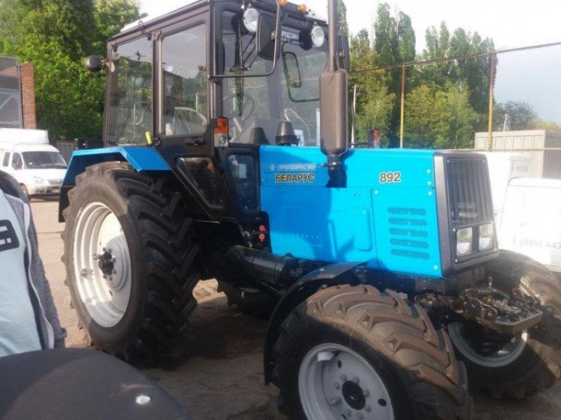 Водій трактора «Беларус 892» їхав з причіпом, наповненим зерном  / фото technikboerse.com