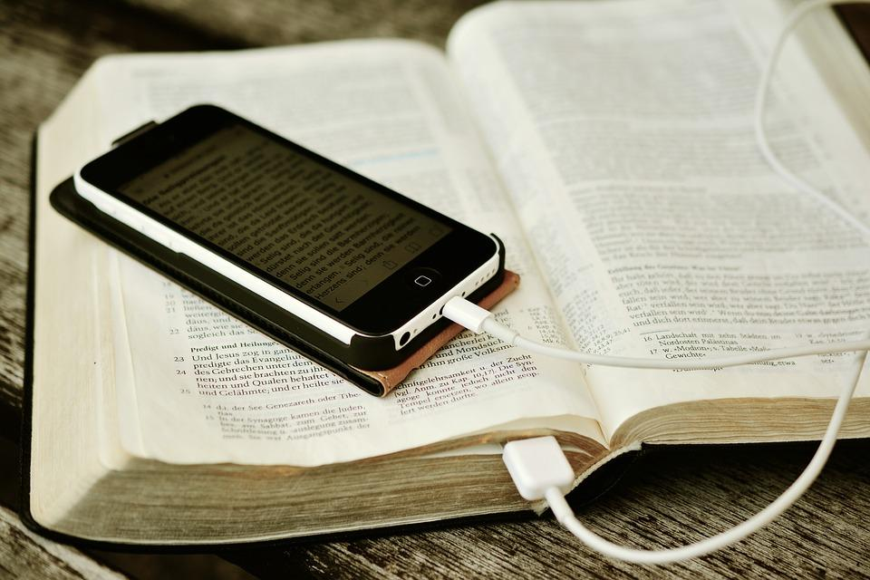 Приложения просты в использовании и занимают немного места / bible.com
