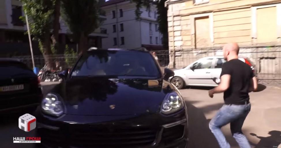 Соратник генпрокурора Максимець не втік від патрульних, але втік від покарання та журналістів / Кадр з відео bihus.info