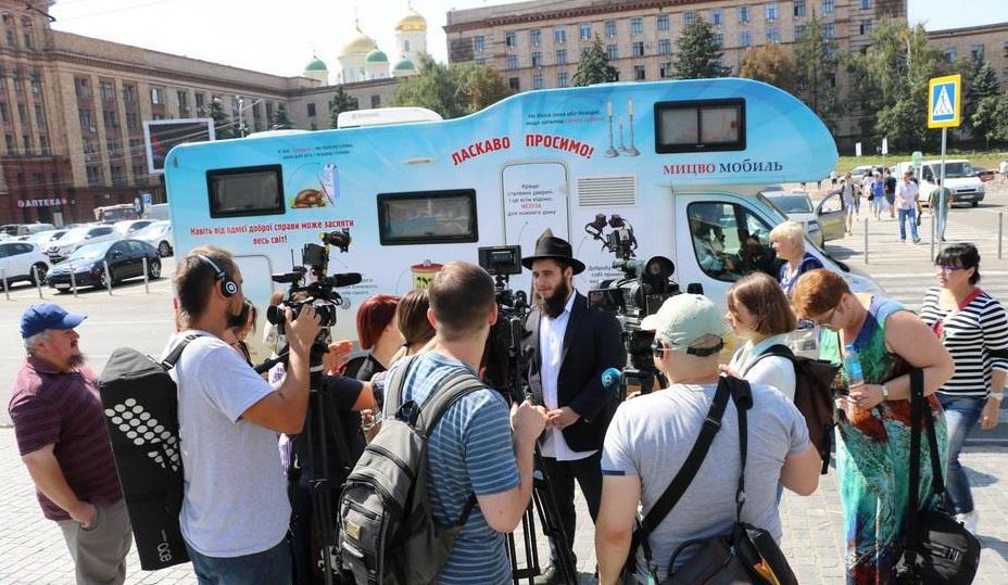 Мицво-мобиль с молодыми посланниками Любавического Ребе прибыл в Днепр из Павлограда / djc.com.ua