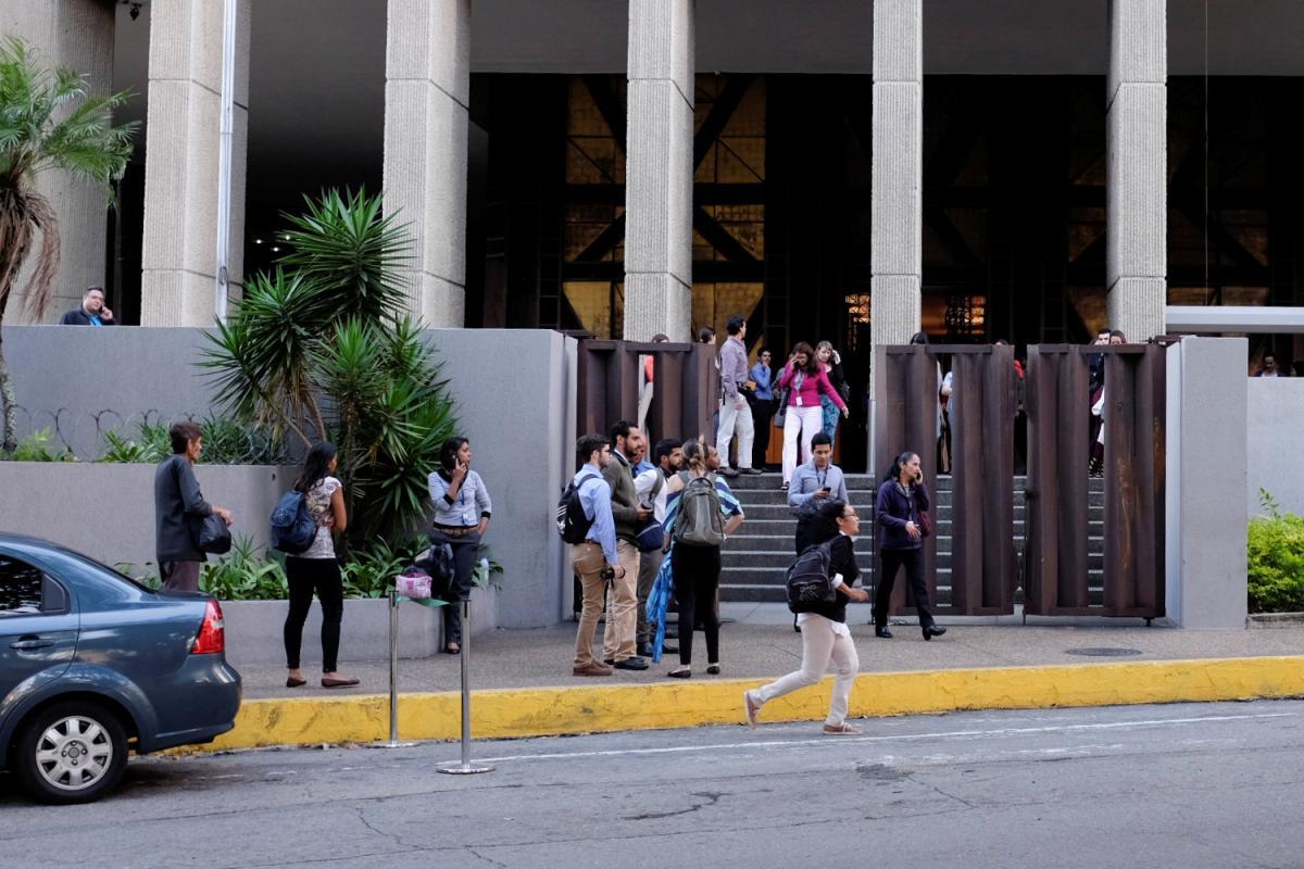 Люди вышли из зданий во время землетрясения / REUTERS