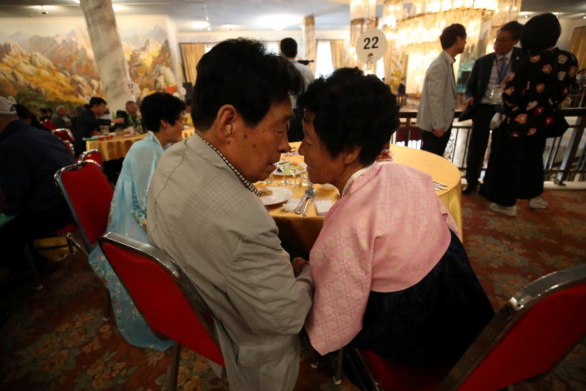 Встреча родственников из Южной Кjреи и КНДР / REUTERS