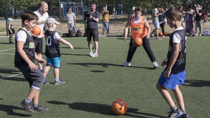 Шахтер привлекает к футболу детей с особыми потребностями / shakhtar.com