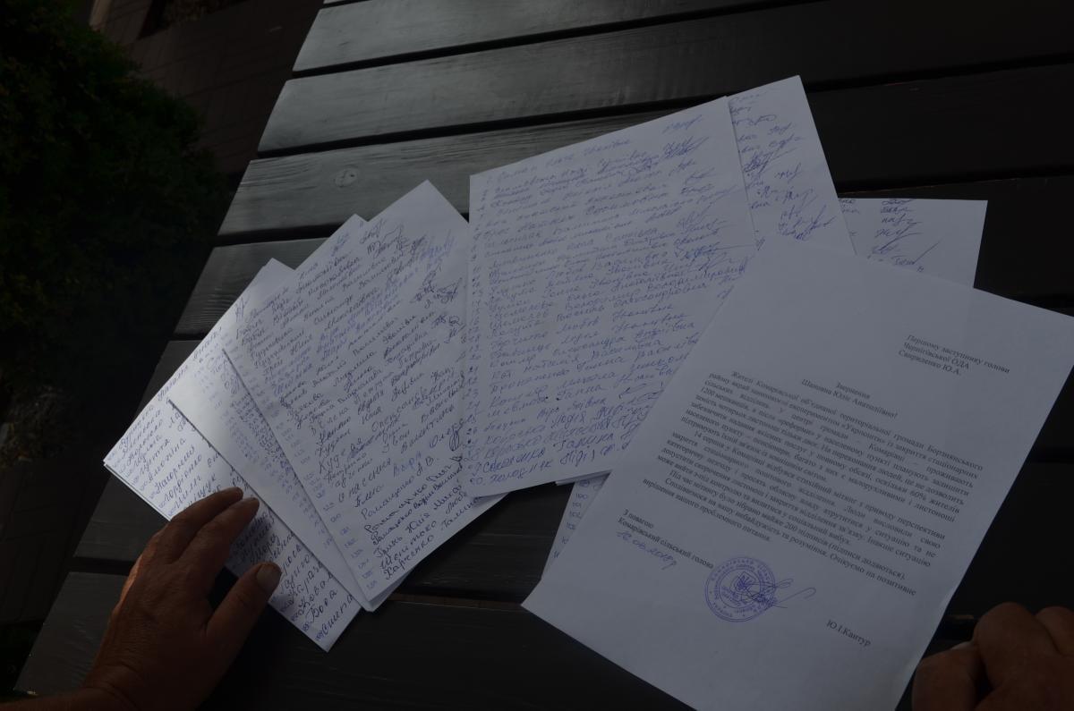 На початку серпня селяни зібрали дві сотні підписів проти впровадження пілотного проекту «Укрпошти» / фото УНІАН