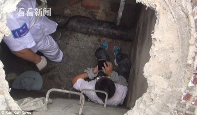 Китаєць продовжував енергійно «тикати» пальцями в екран смартфона / фото dailymail.co.uk