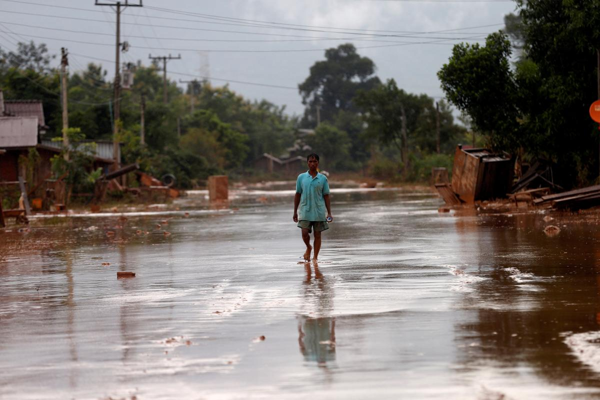Последствия наводнения в Лаосе / REUTERS