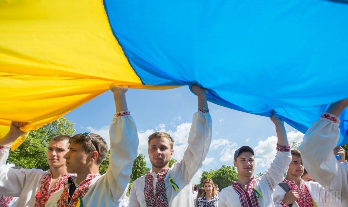 В Киеве развернули рекордный флаг Украины / фото УНИАН
