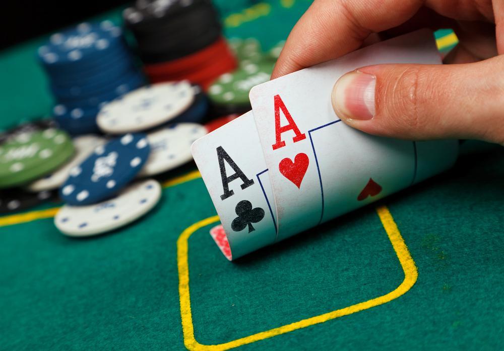 В подпольном клубе изъяли 30 столов для игры в покер, почти 41 тысячу игровых фишек / Azartgames.ru