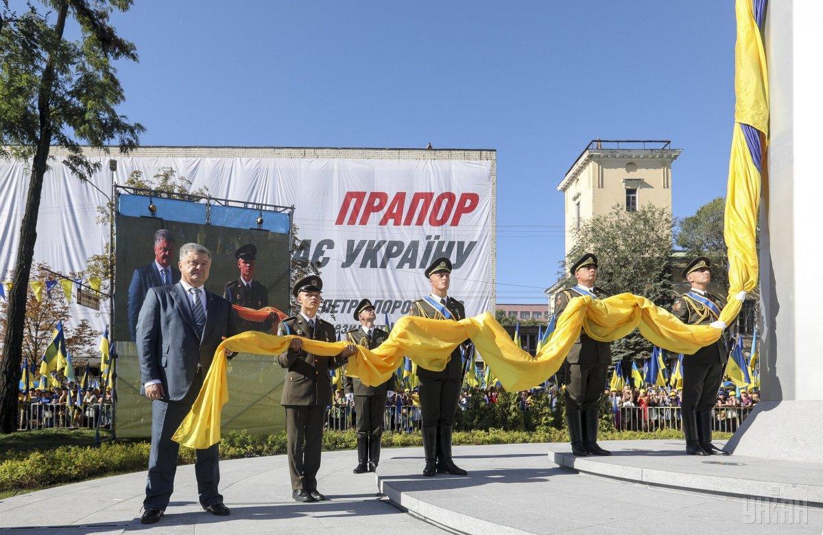 В Днепре на высоту 72 метров подняли украинский флаг / фото УНИАН