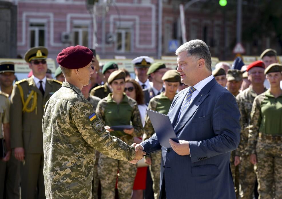 Петр Порошенко вручает военным сертификаты на новое оружие / president.gov.ua