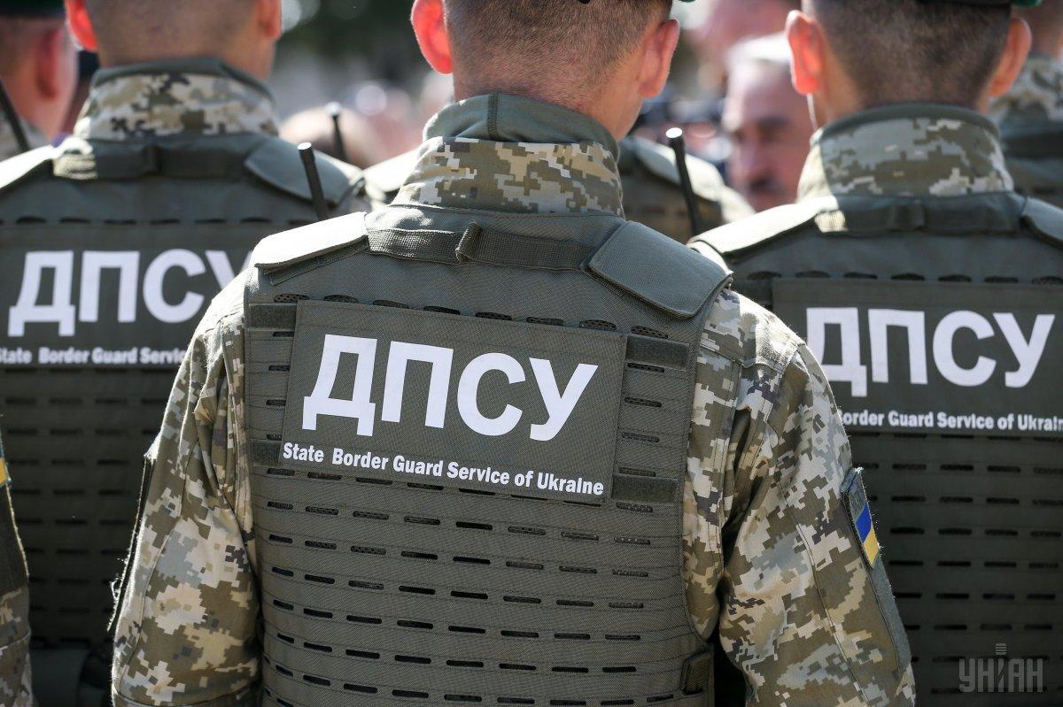 Увидев пограничников, контрабандисты скрылись на машинах / Фото: УНИАН