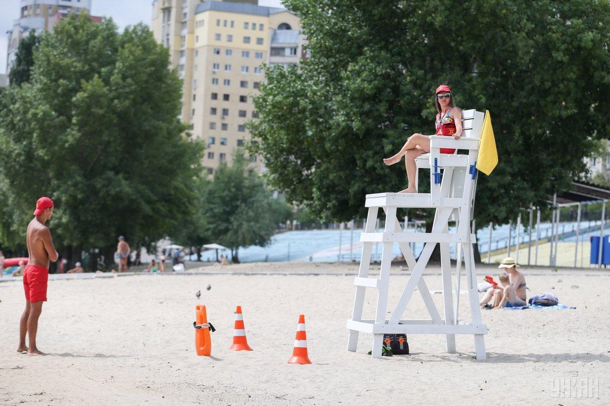 Из примерно четырех десятков пляжей в Одессе около тридцати отдано в аренду частным структурам / фото УНИАН
