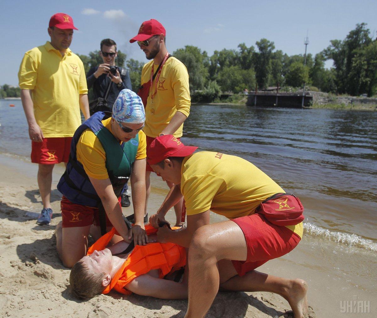 присутствием на пляже не совсем адекватных граждан в Одессе никого не удивишь / фото УНИАН