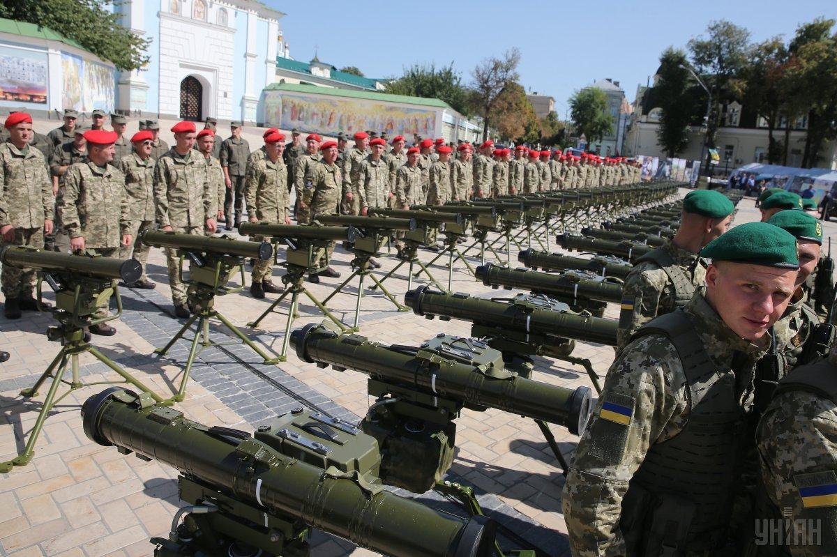 75 бойових комплектів після презентації громадськості відправлять на Донбас / УНІАН
