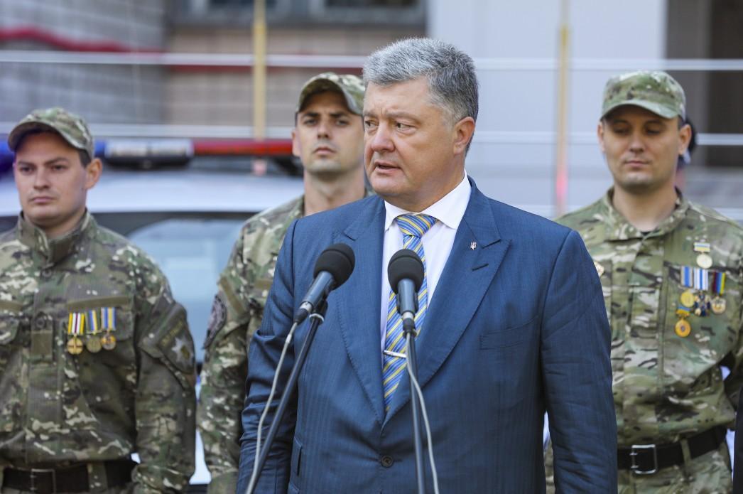 Порошенко вибачився перед родинами загиблих і поранених військових / фото president.gov.ua