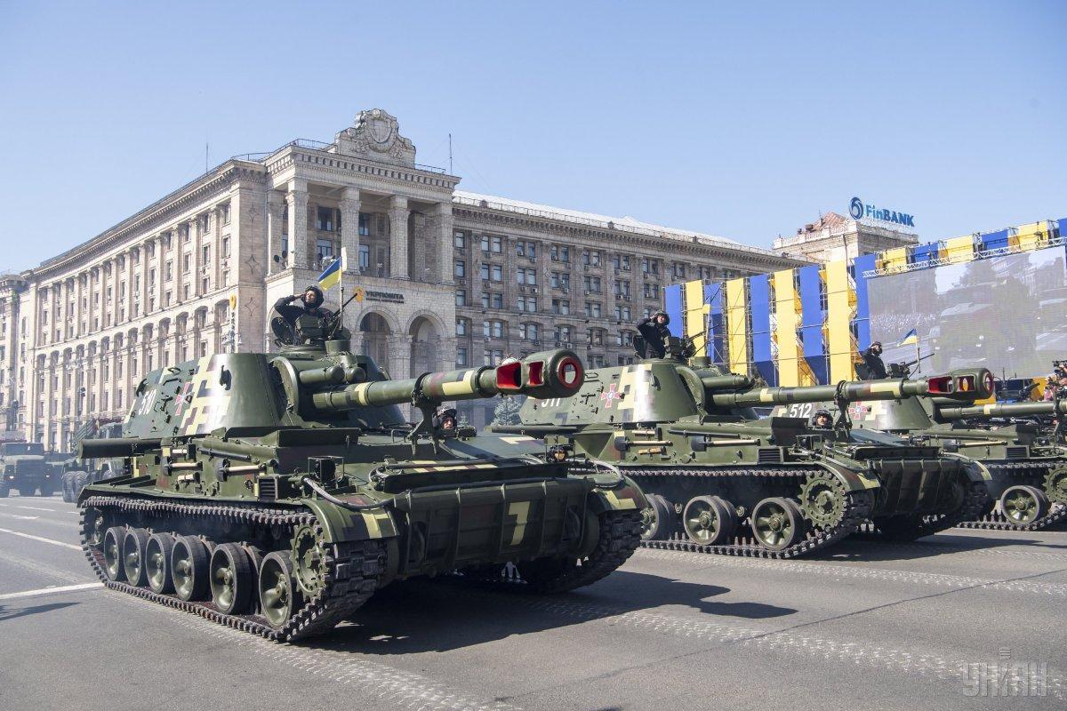 В параде приняли участие около 250 единиц техники / фото УНИАН