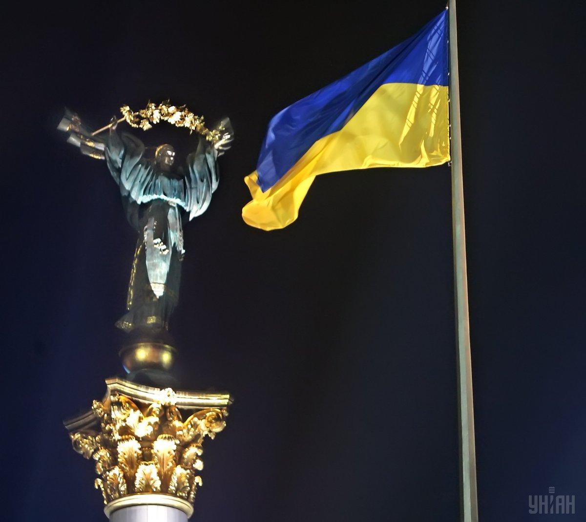В 1990 году в Киеве на Крещатике был поднят национальный сине-желтый флаг / фото УНИАН