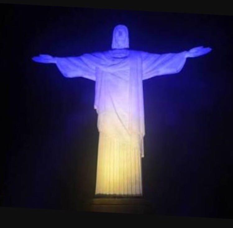 Статую Иисуса в Рио-де-Жанейро подсветили желто-голубым / фото Facebook