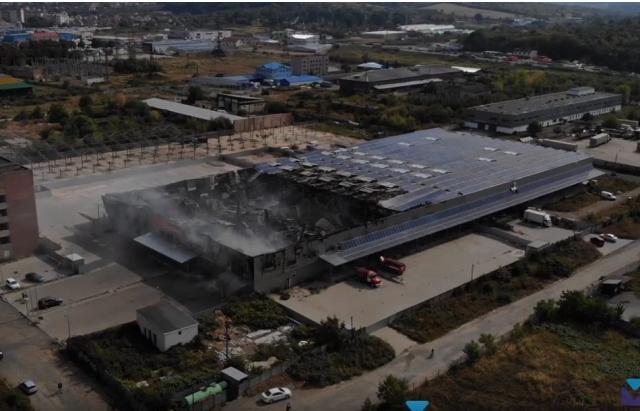 Зараз вогонь ліквідовано, але уламки ще димляться / фото mukachevo.net