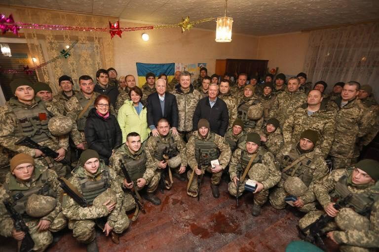 Джон Маккейн неодноразово відвідував Україну, побувавши, зокрема, й на Донбасі / Embassy of Ukraine in the USA / Посольство України в США