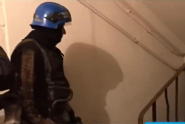 Криворожские спасатели застряли в лифте, когда приехали на вызов полиции / Скриншот - Facebook - Первый Криворожский