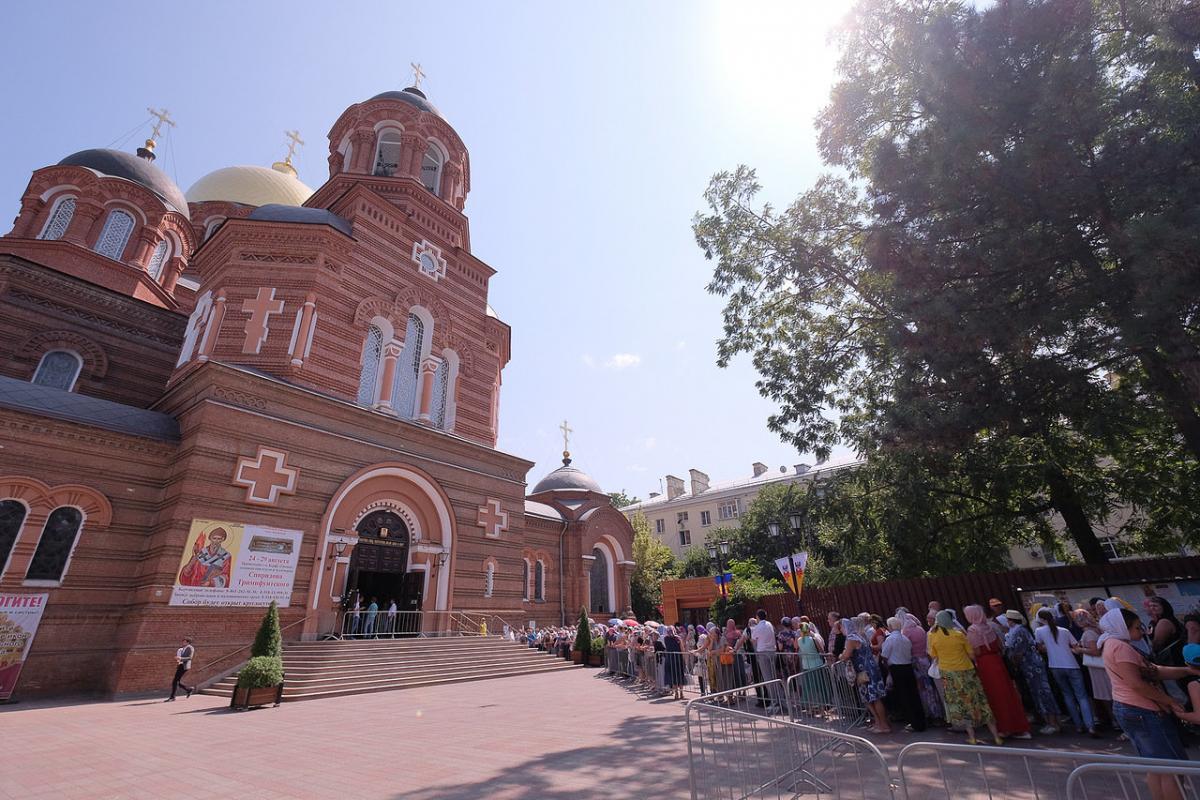 Черга розтяглася на квартал перед собором / mitropoliakuban.ru