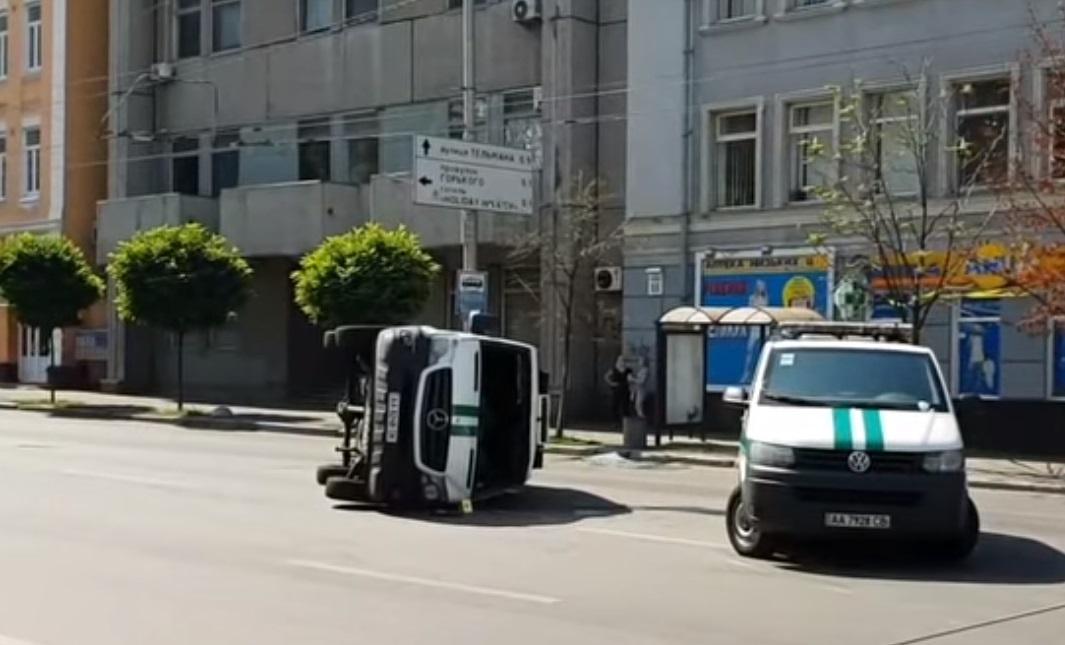 В центре Киева перевернулся инкассаторский автобус / cкриншот - Youtube - dtp.kiev.ua