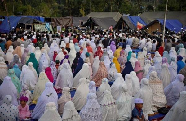 Жители острова совершили коллективную молитву под открытым небом/ islam-today.ru