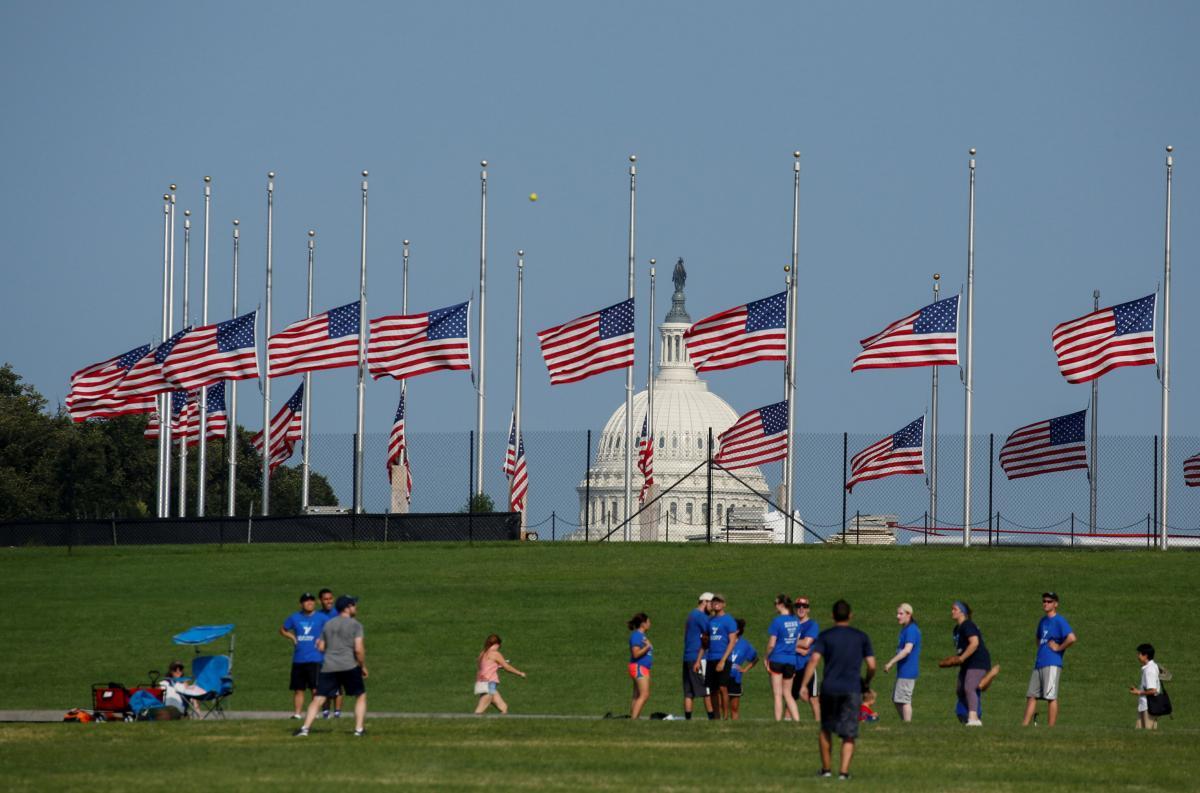 Приспущені прапори в США / REUTERS