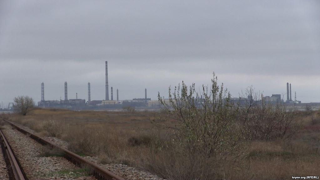 Местные жители говорят, что, вероятно, это выбросы с завода «Крымский титан» / фото Крим.Реалії