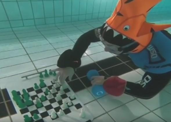 У Лондоні на чемпіонаті світу із шахів під водою переміг інтелектуал в чудернацькому костюмі