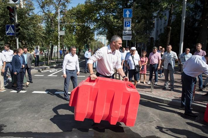 На Леонтовича впорядкована зона для паркування автомобільного транспорту / фото kiev.klichko.org
