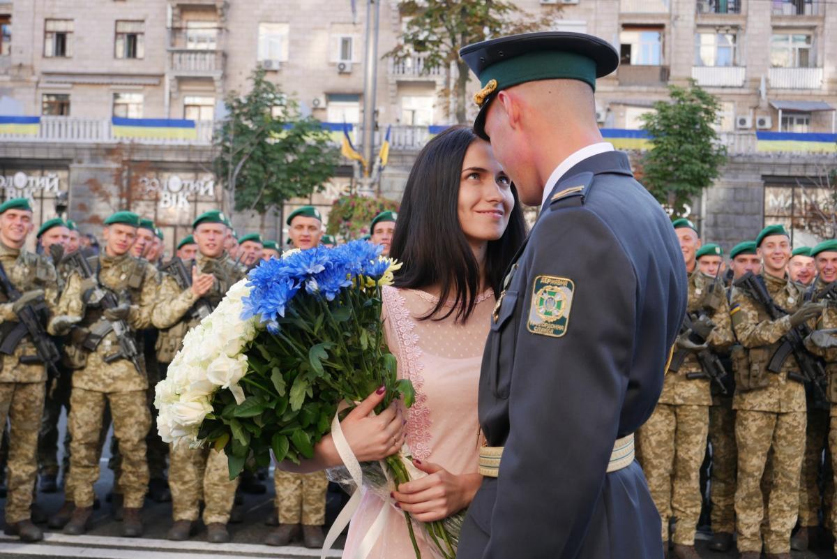 Курсант-пограничник сделал незабываемое предложение девушке в День Независимости / фото: Facebook, Государственная пограничная служба Украины - Руслан Молодецкий