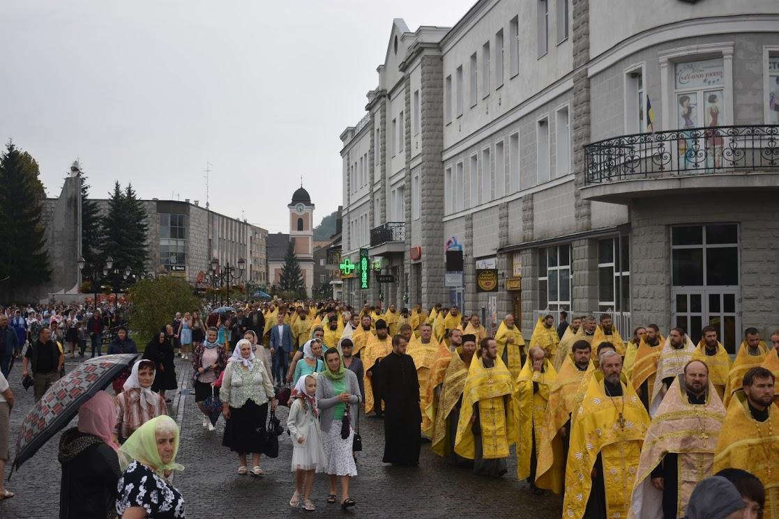 По улицам Хуста с молитвенными песнопениями прошли священство с мирянами / orthodoxkhust.org.ua